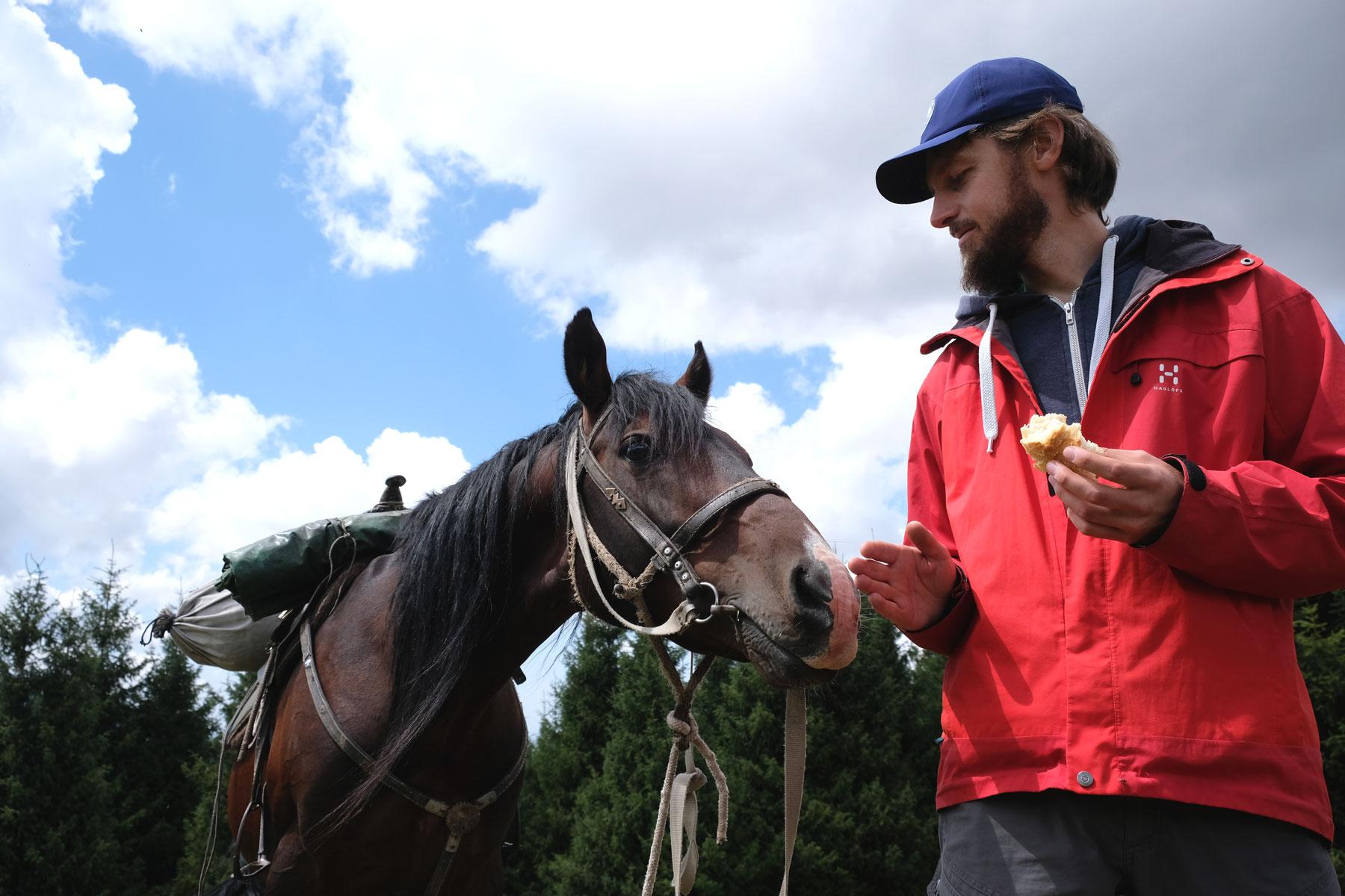 ...wohingegen Mikas Pferd eher an meinem Mittagessen interessiert ist :-)