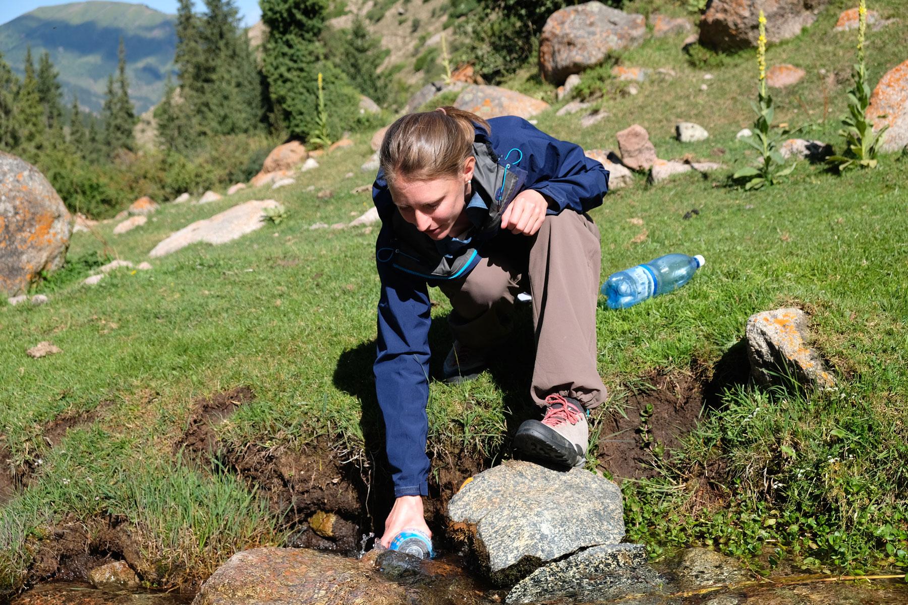 Auf dem Weg zum Gletscher stoppen wir an einem Bach, dessen Wasser wir trinken können