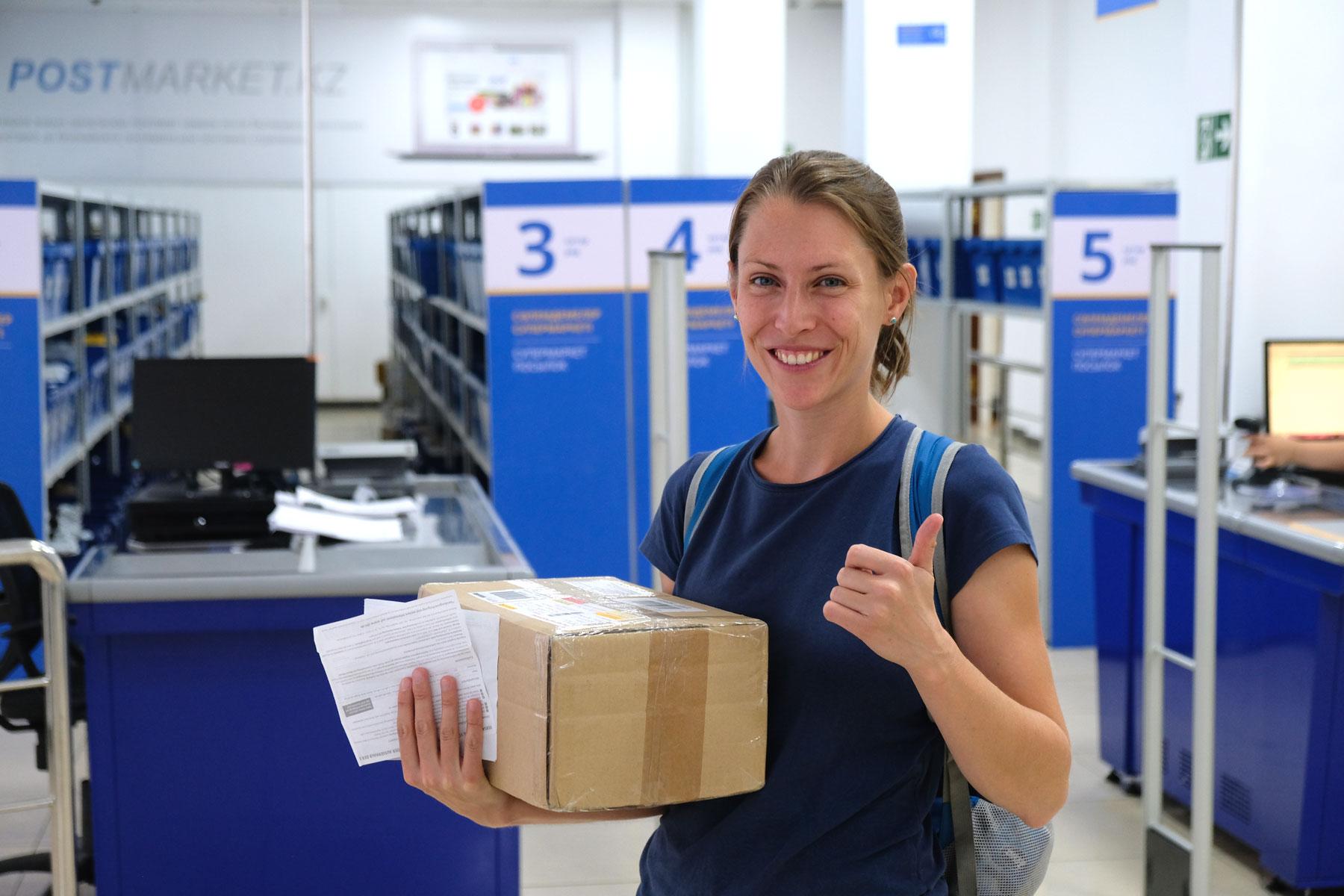 Sehr erleichtert können wir irgendwann endlich unser Päckchen mit den Visa für die kommenden Länder in Almaty in Empfang nehmen. Nun kann die Reise weitergehen!