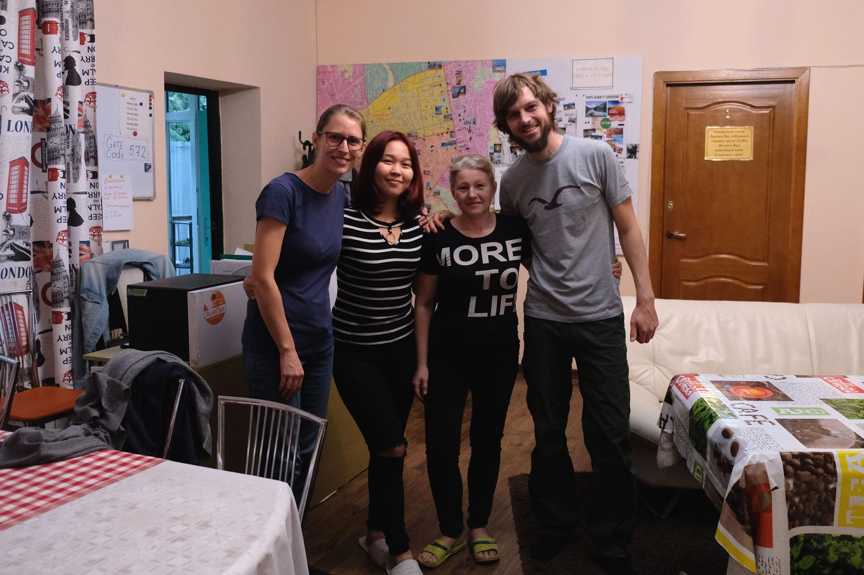 Nach 10 Tagen des Wartens heißt es Abschied nehmen von Almaty und Sabina und Natasha, den beiden guten Seelen unseres Hostels.