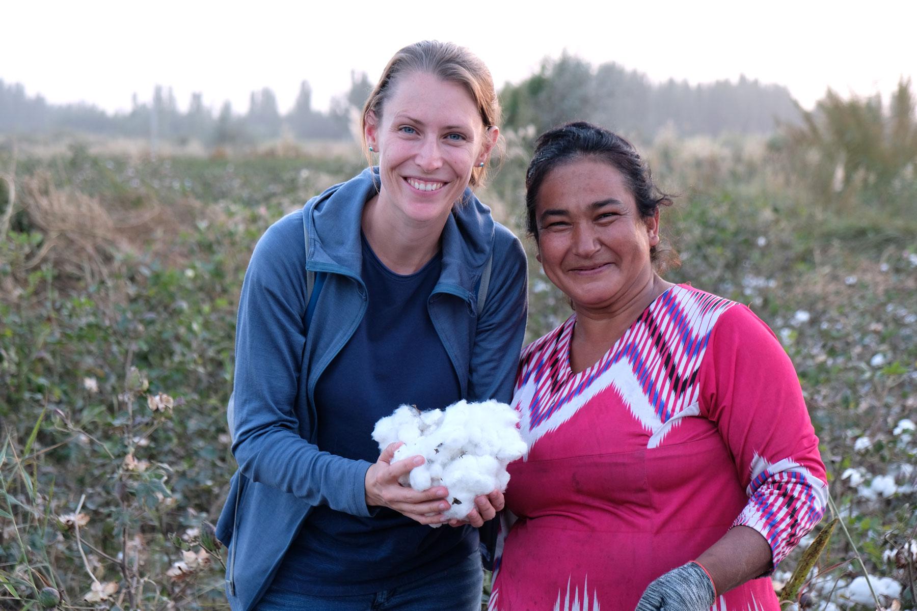 Ein großer Wunsch von mir, nachdem wir das erste Mal in Turkmenistan die damals noch kleine Baumwolle gesehen haben: auch die Ernte mitbekommen und die tatsächliche Baumwolle in der Hand halten! In Xinjiang ging dieser Wunsch in Erfüllung :-)
