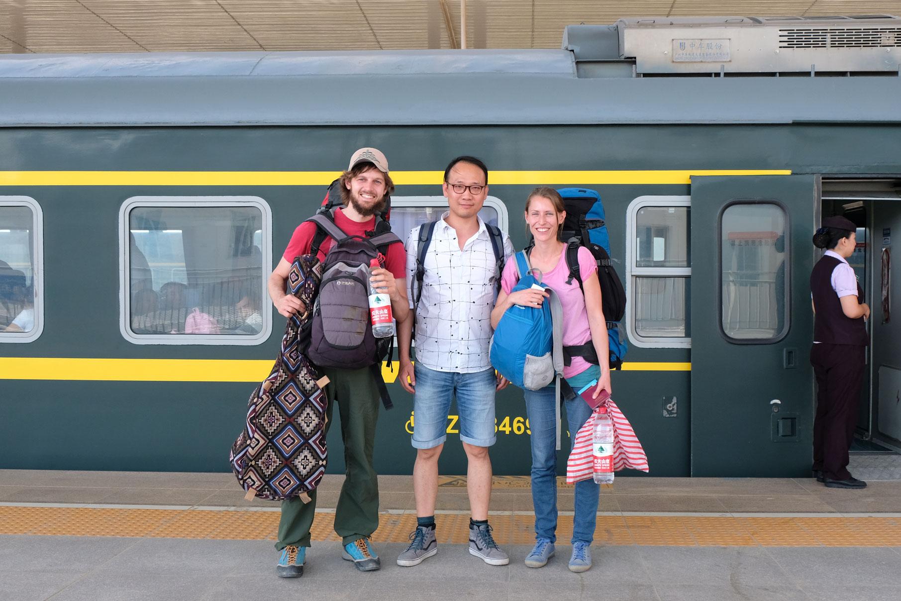 Haoyu begleitet uns in Hotan zum Bahnhof und steht uns seitdem telefonisch bei Kommunikations-Engpässen zur Verfügung. Dankeschön!! :-)