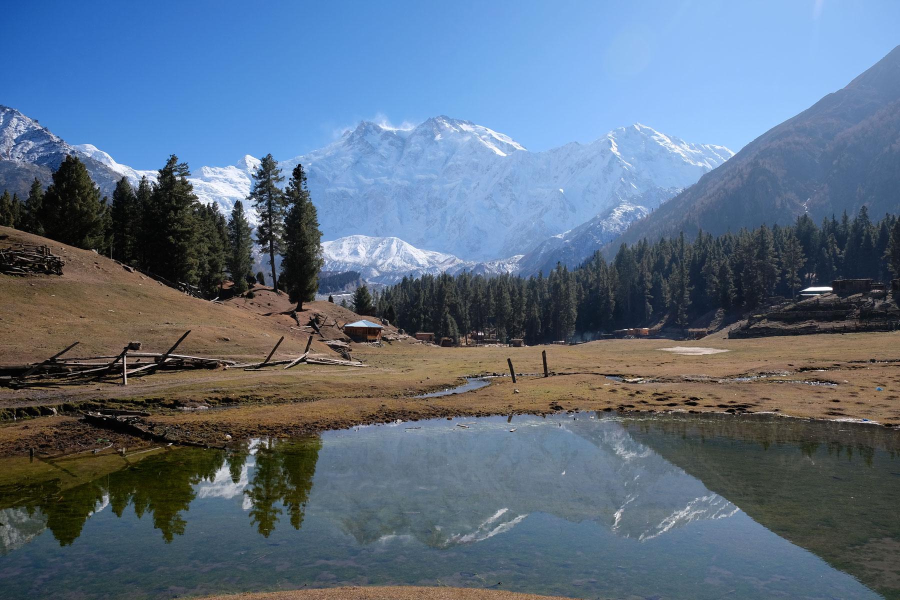 """Was für eine Aussicht! Der Nanga Parbat spiegelt sich im """"Reflection Lake"""""""