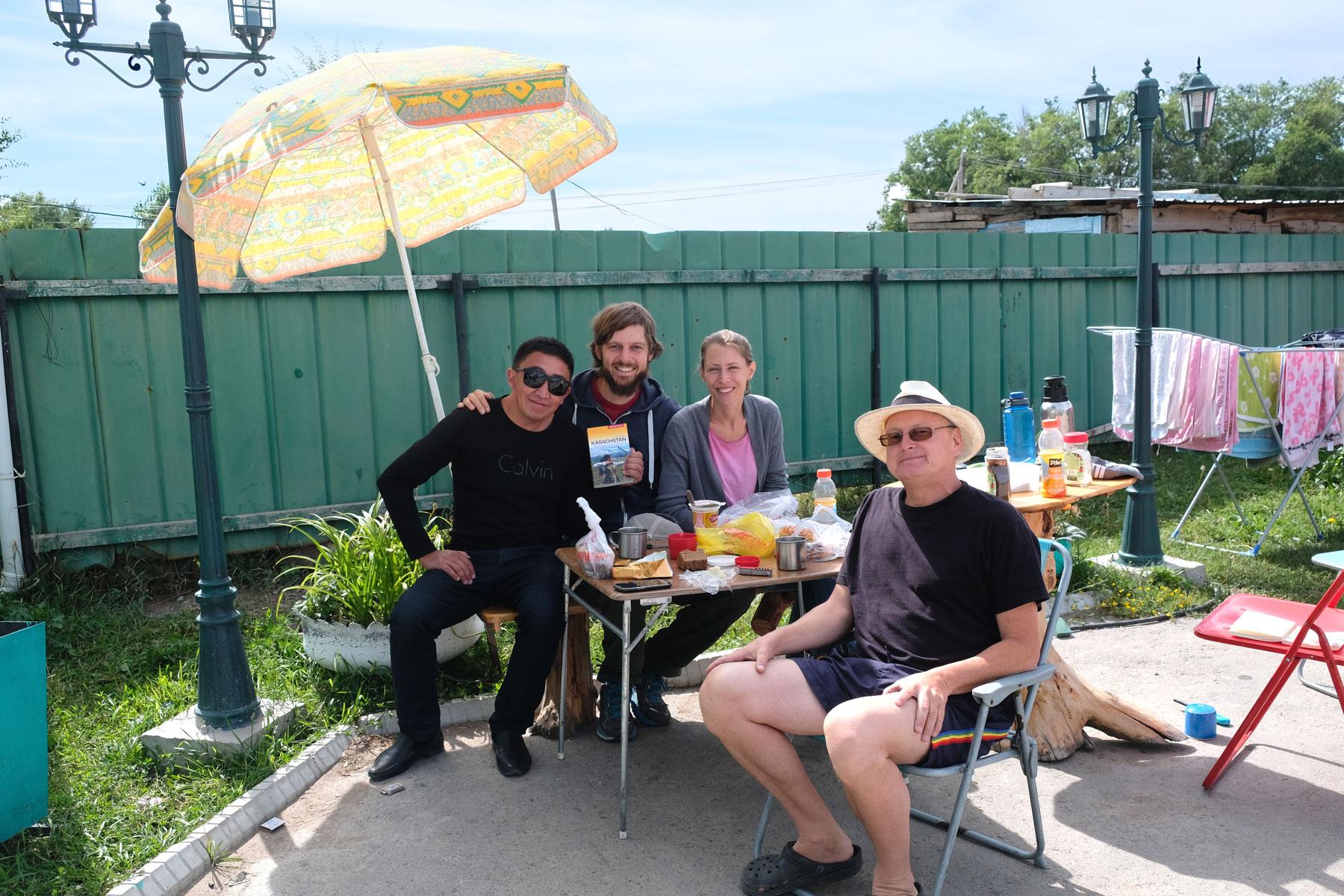 Überraschungsfrühstück mit Thomas und einem kasachischen Pensionsgast