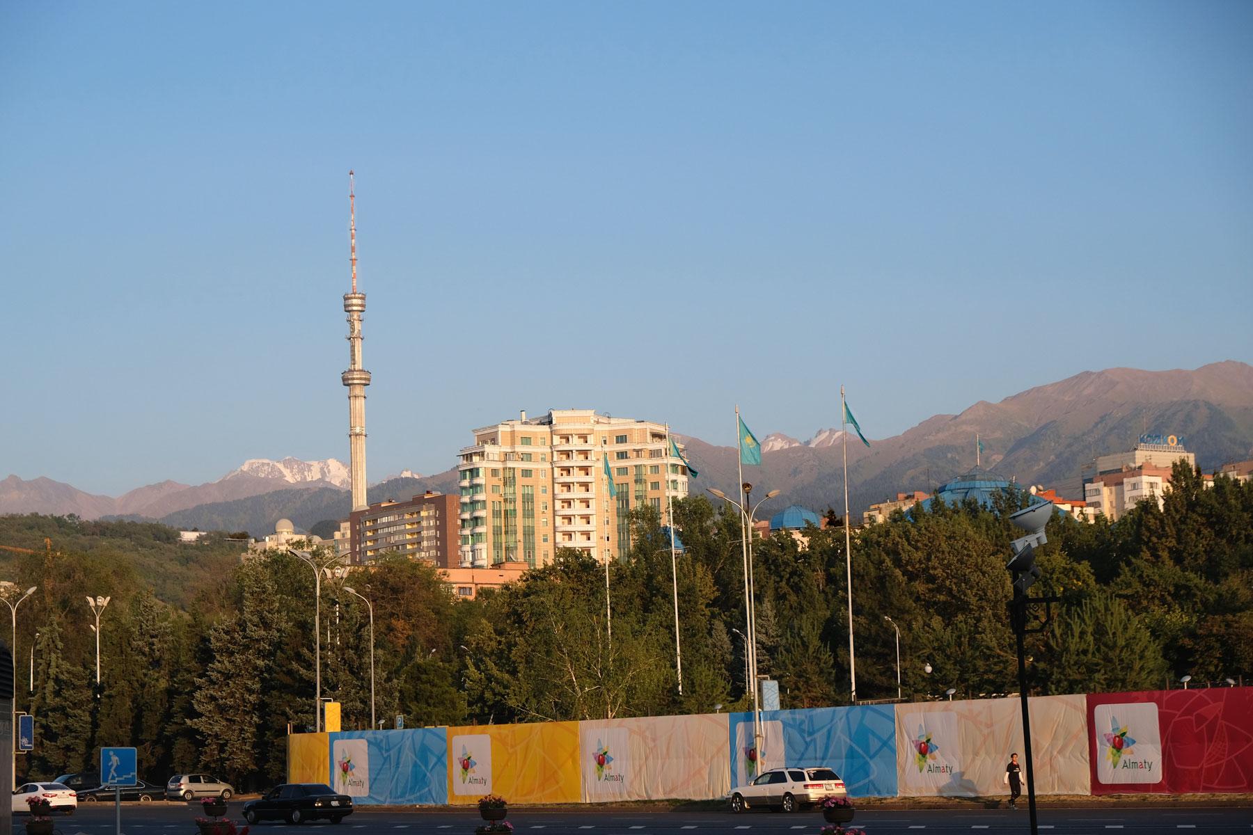 Kasachstans größte Stadt Almaty liegt am Fuße von teils schneebedeckten Bergen