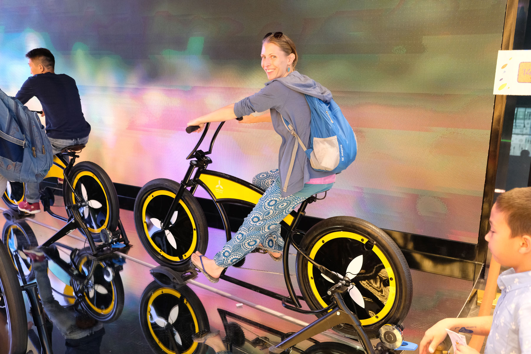 Im Innern gibt es viele Mitmach-Angebote. Hier Leo auf dem Energie-Fahrrad.