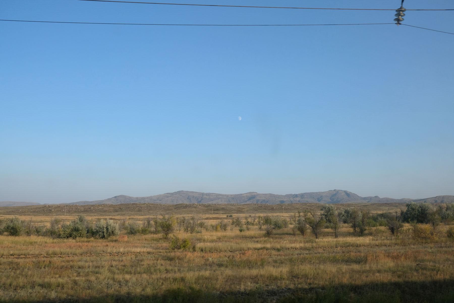 ...blicken wir auf die Weite der kasachischen Steppe.