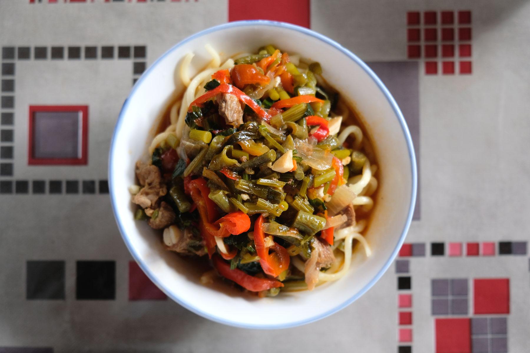 Kasachisches Laghman - Kleine Restaurants im Oberrang des Markts bereiten einheimische Spezialitäten zu