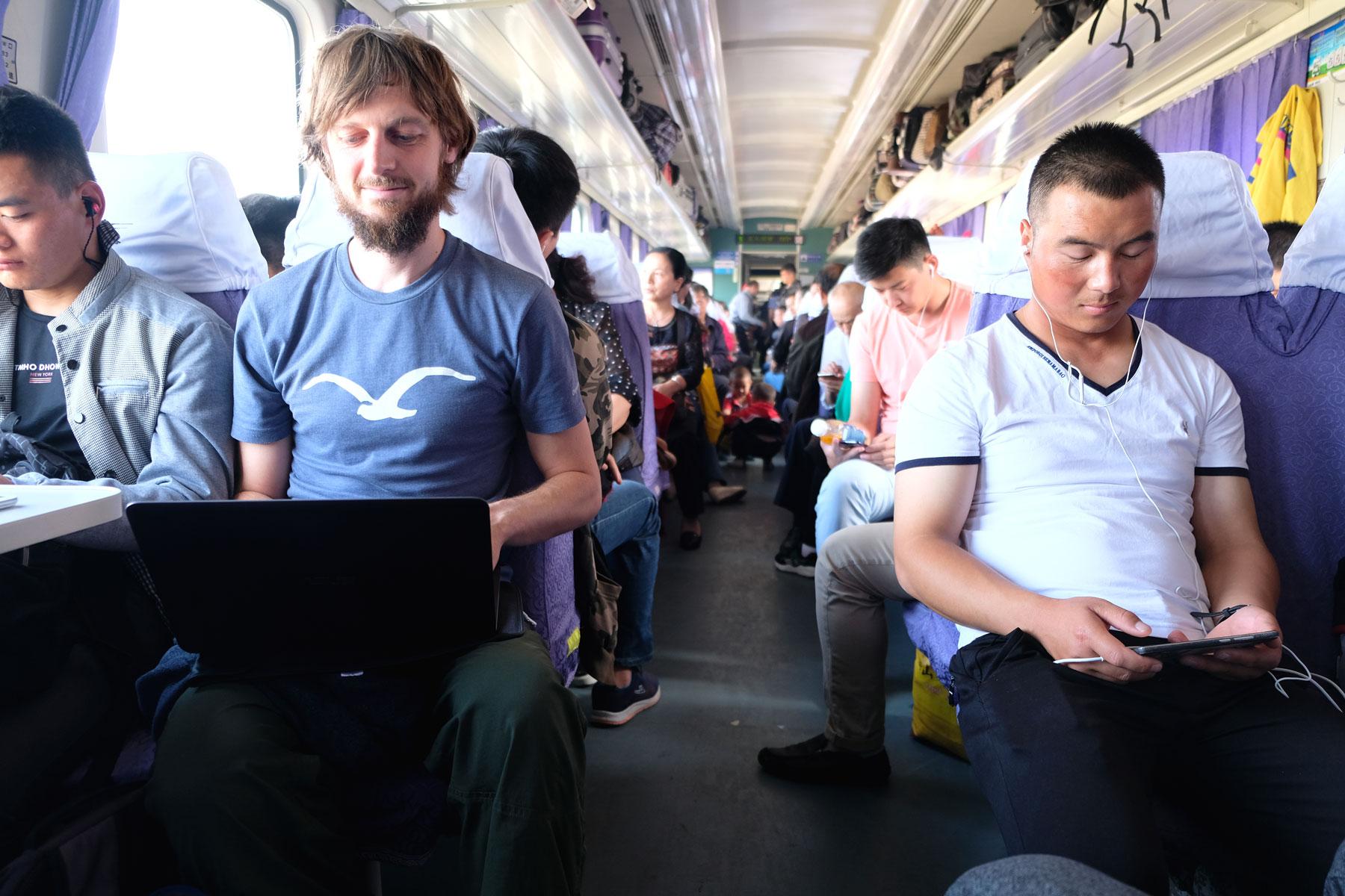 Diese erste Zugfahrt vermittelt uns ein verzerrtes Bild vom Bahnfahren in China: auf dieser Strecke ist so herrlich wenig los, dass Sebastian sogar Zeit findet, am Blog zu arbeiten. Das wird bei den nächsten Zugfahrten anders werden...