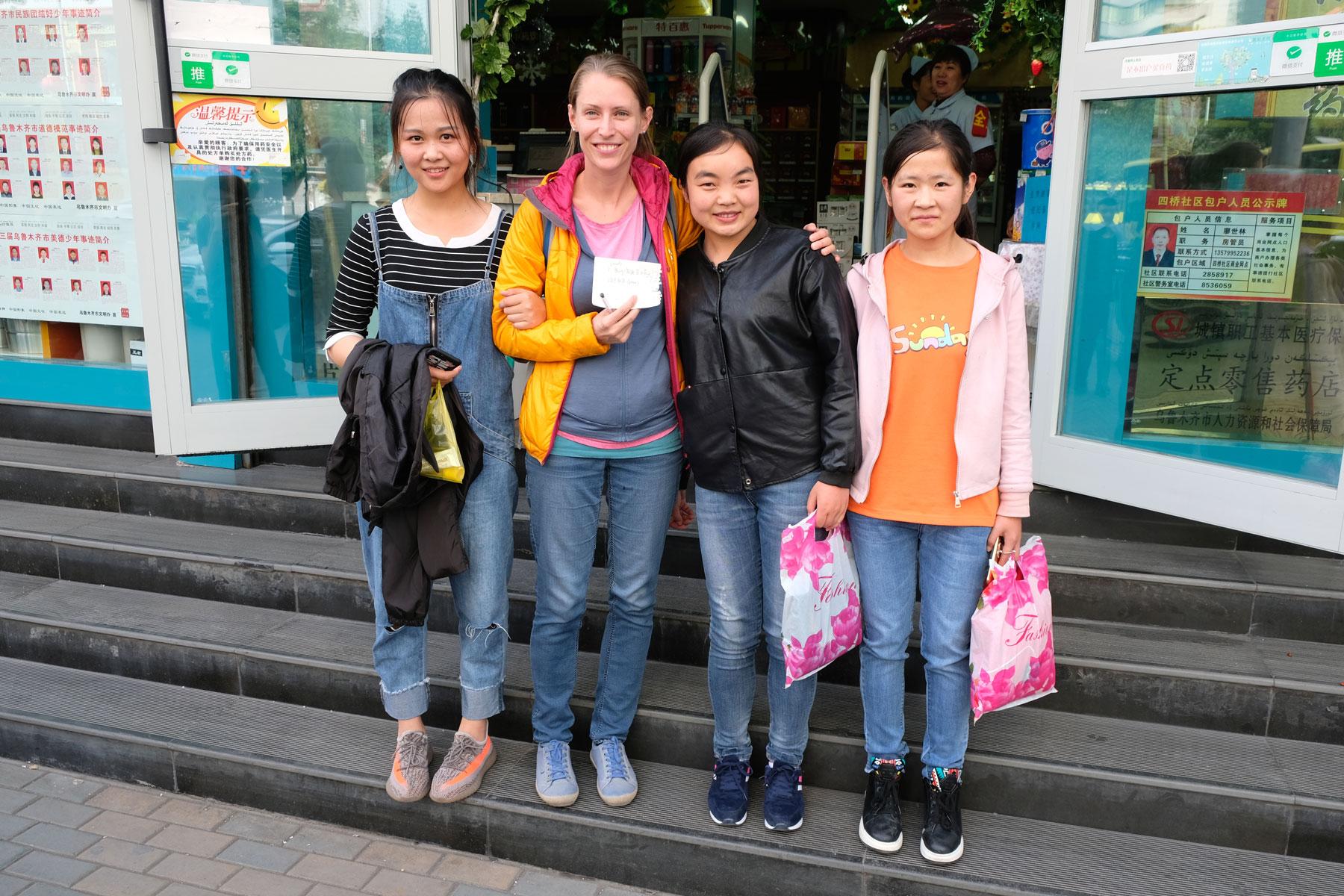 Diese drei netten Schülerinnen statten uns mit einem Zettel aus, der auf Chinesisch unser Anliegen beschreibt.