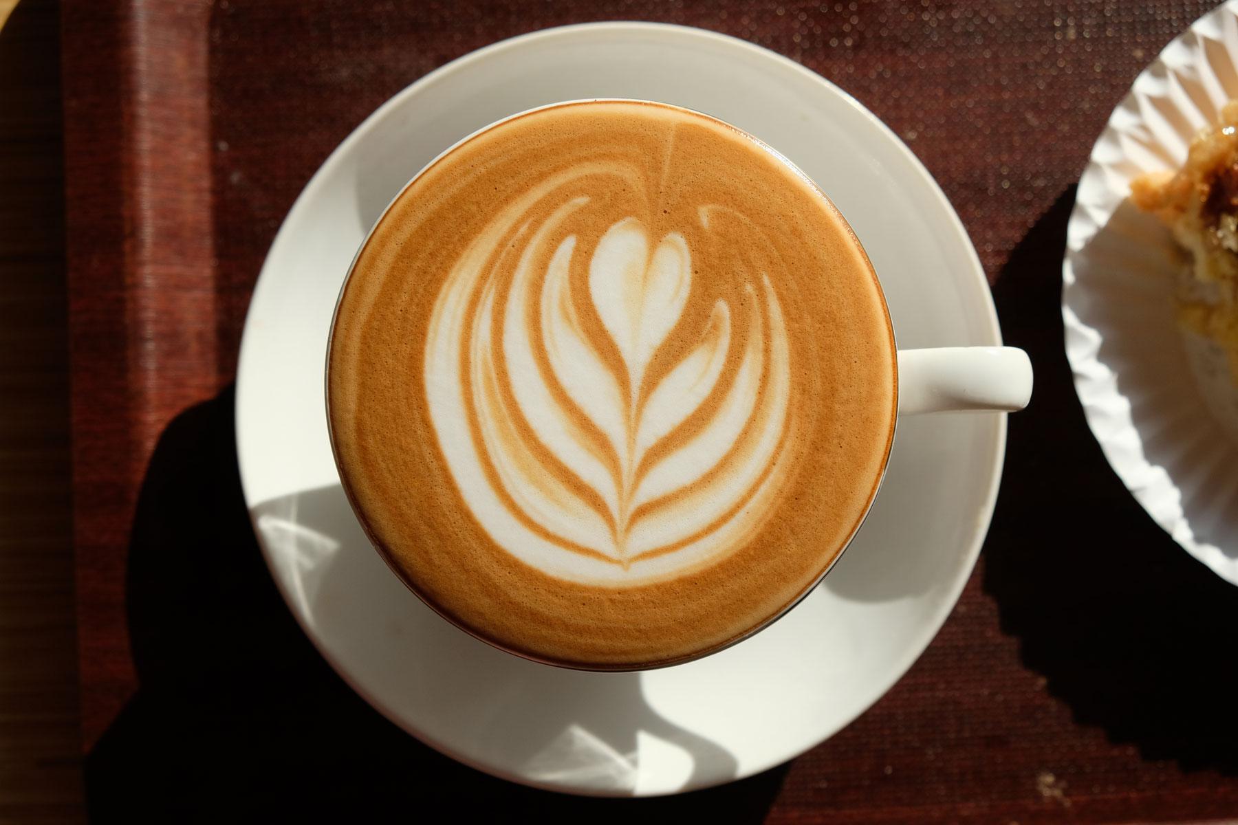 Und wir finden einen superleckeren und kunstvoll verzierten Cappuccino!