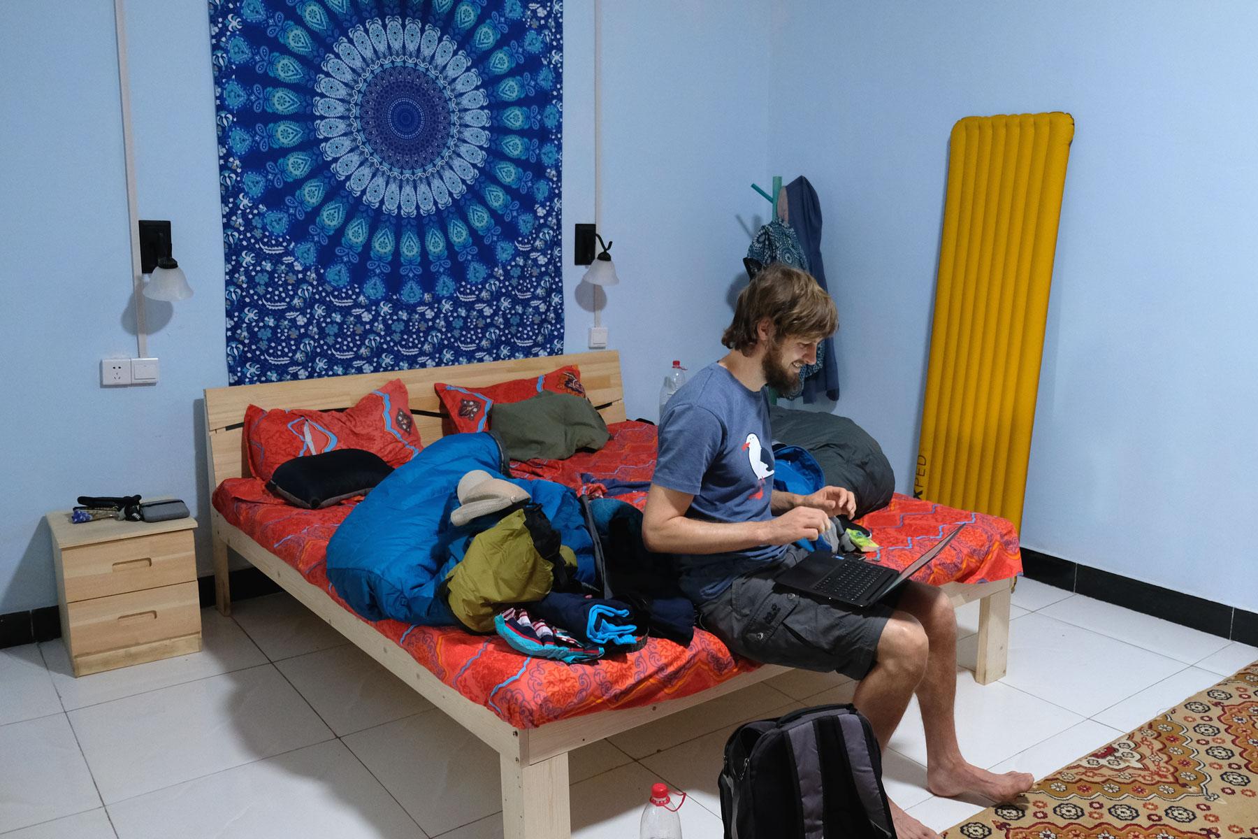 Und auch unser Zimmer ist gemütlich eingerichtet, auch wenn die Matratze (wie so oft in China) leider etwas zu hart für uns ist