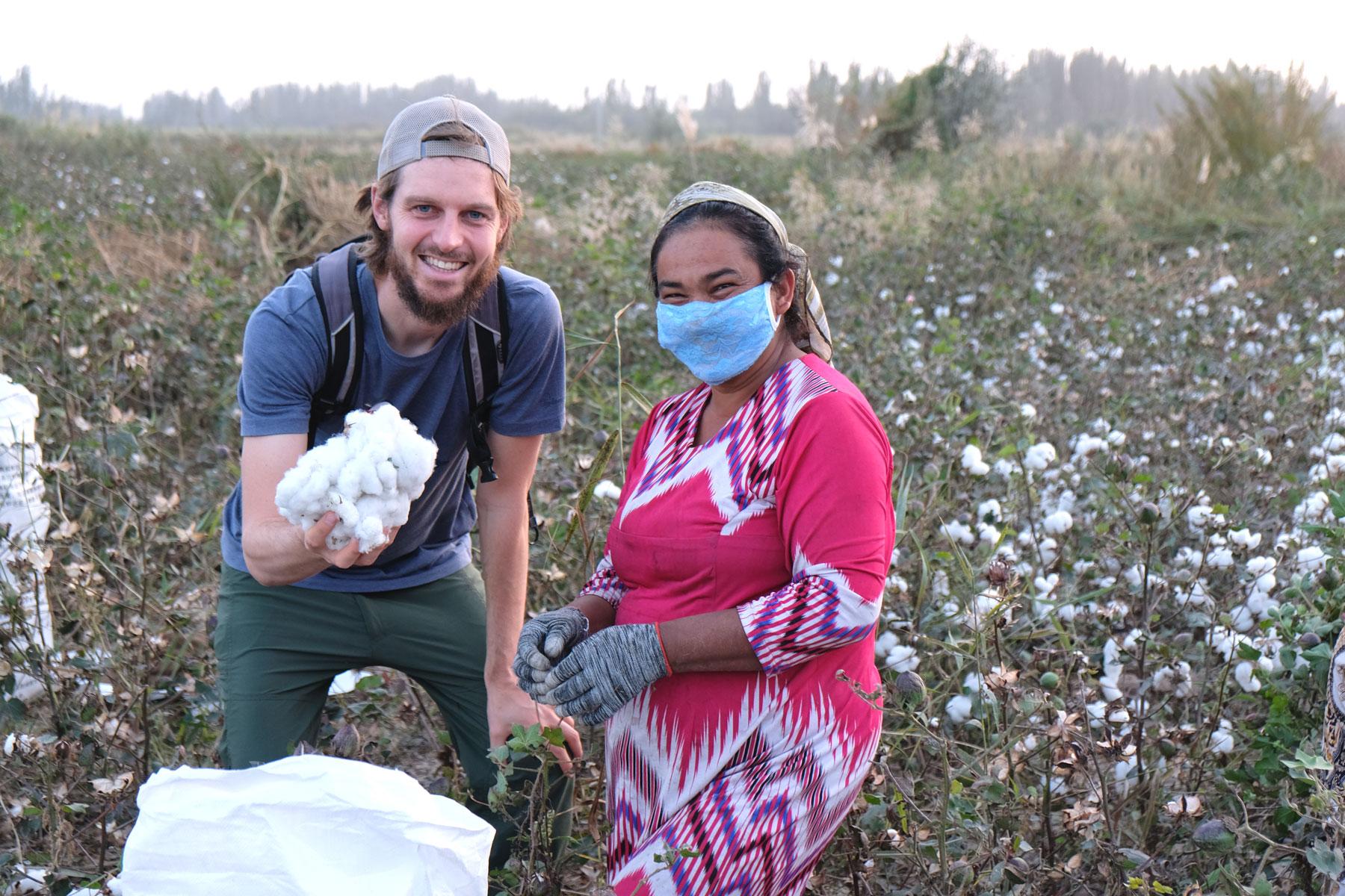 Mit Handschuhen und Mundschutz geschützt gehen sie ihrer Arbeit nach
