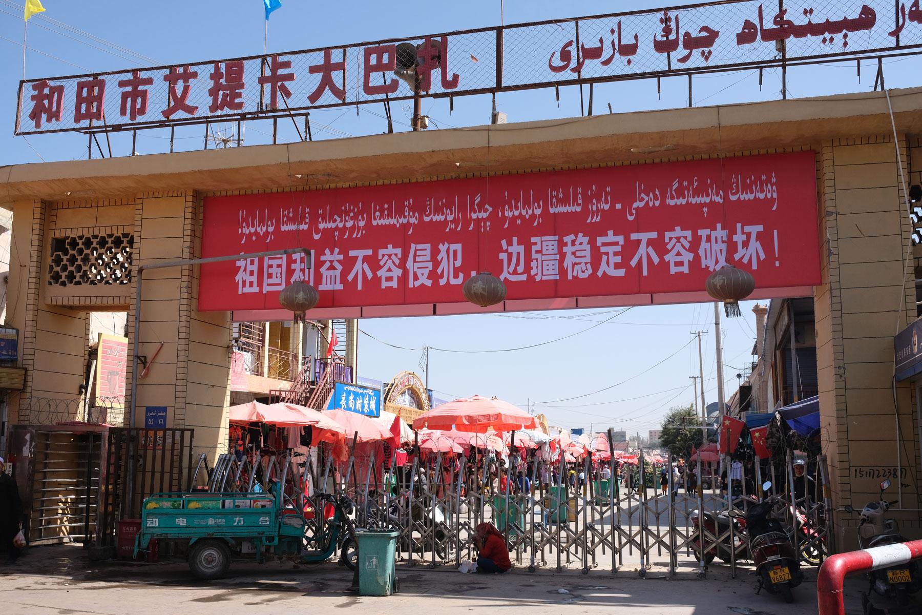Der Markteingang wurde verschlossen. Nun müssen alle Besucher durch eine Sicherheitsschleuse durch und sich teils ausweisen.