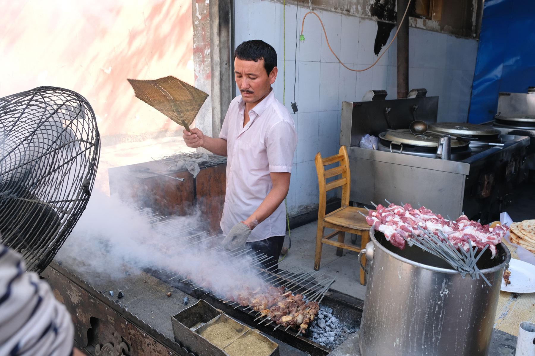 Schaschlik- oder Kebabspieße werden an vielen Orten der Stadt angeboten und räuchern die Straßen ordentlich ein