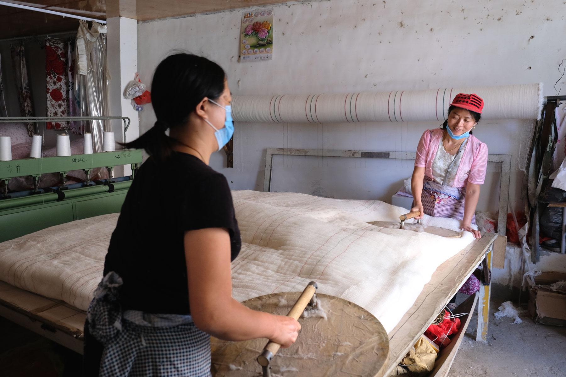 ...und platt gestrichen. Danach wird die erstellte Rolle zur Seite gelegt und neue Baumwolle wird geholt.