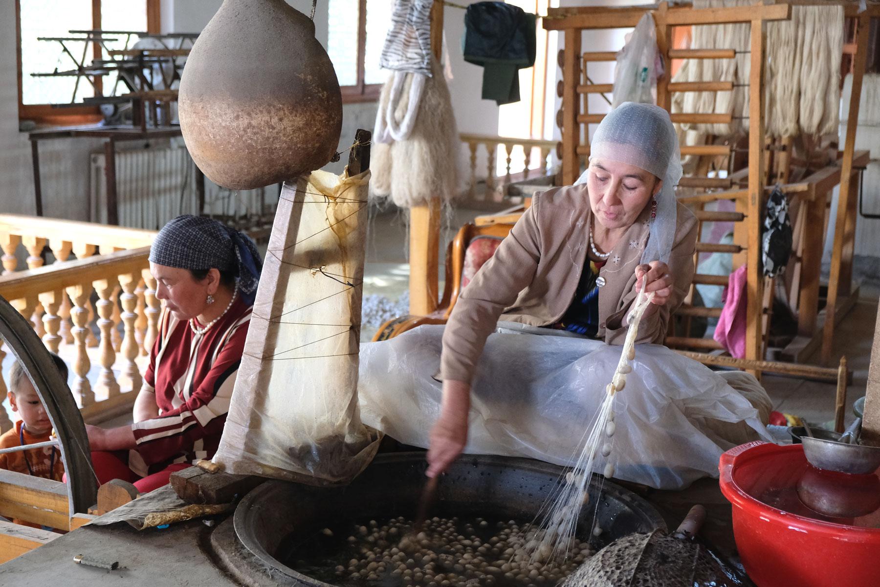 In Hotan besuchen wir auch eine Seidenspinnerei. Die Kokons werden in warmen Wasser mit ein wenig Seife gerührt, bis sich ein Faden löst.
