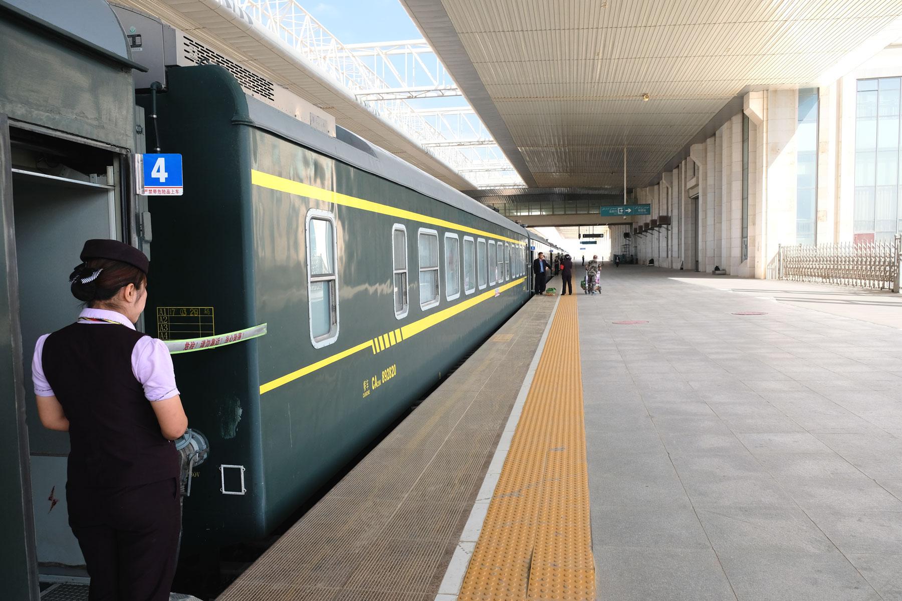 Wir ahnen es noch nicht, aber an die leeren und organiserten Bahnhöfe Chinas werden wir noch oft wehmütig zurückdenken...