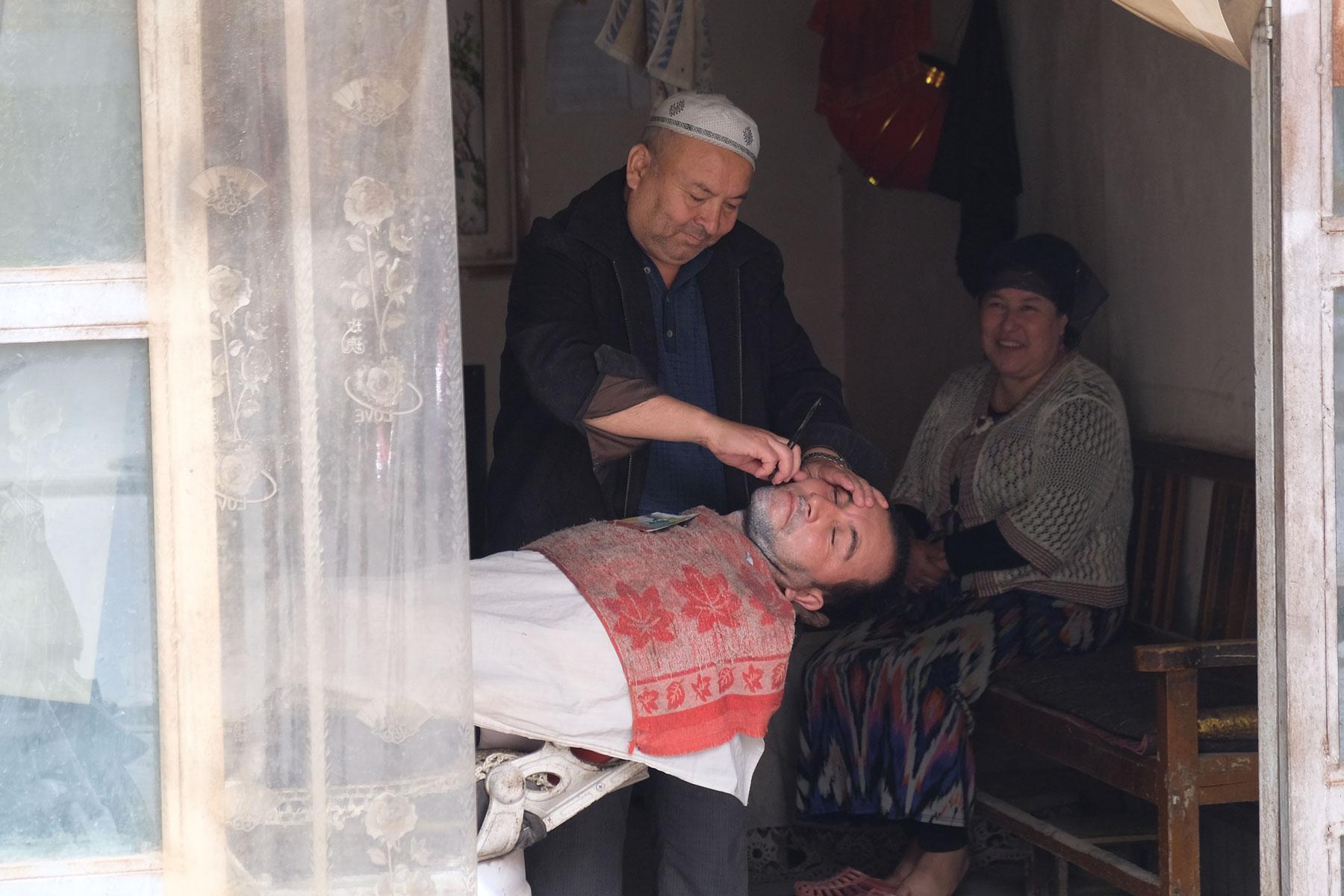 Etwas weiter wird mit scharfem Werkzeug hantiert. Hier braucht es gutes Vertrauen in die Künste des Barbiers.