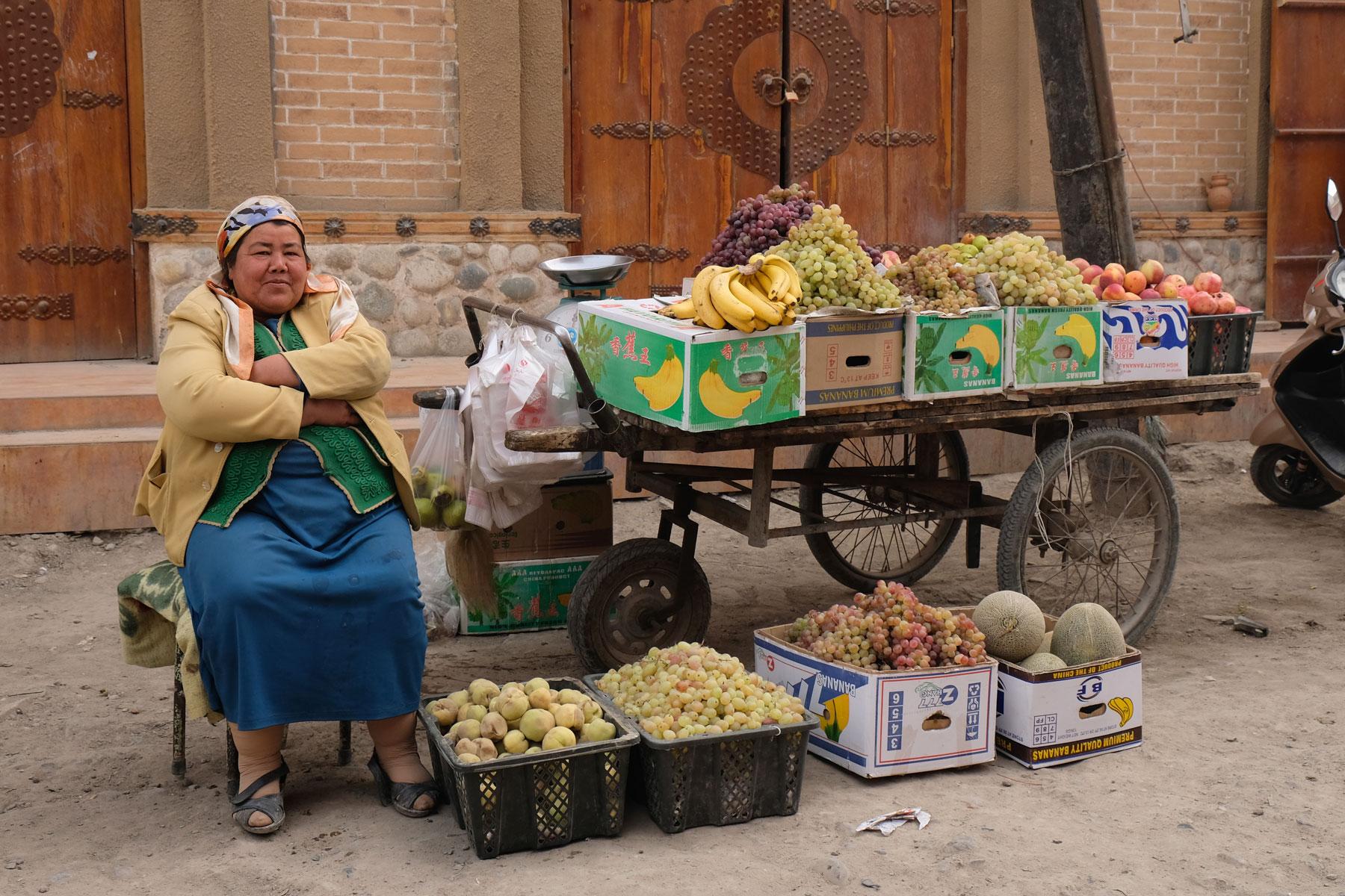 Auf unserem Spauiergang durch die Altstadt Yarkants treffen wir diese nette Obstverkäuferin