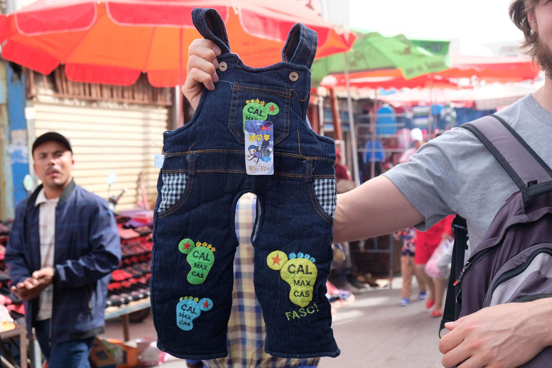 """Hier ist sie: die """"Schlitzhose""""! :-) In China sehen wir viele Kleinkinder, die sich darin sehr wohl zu fühlen scheinen."""
