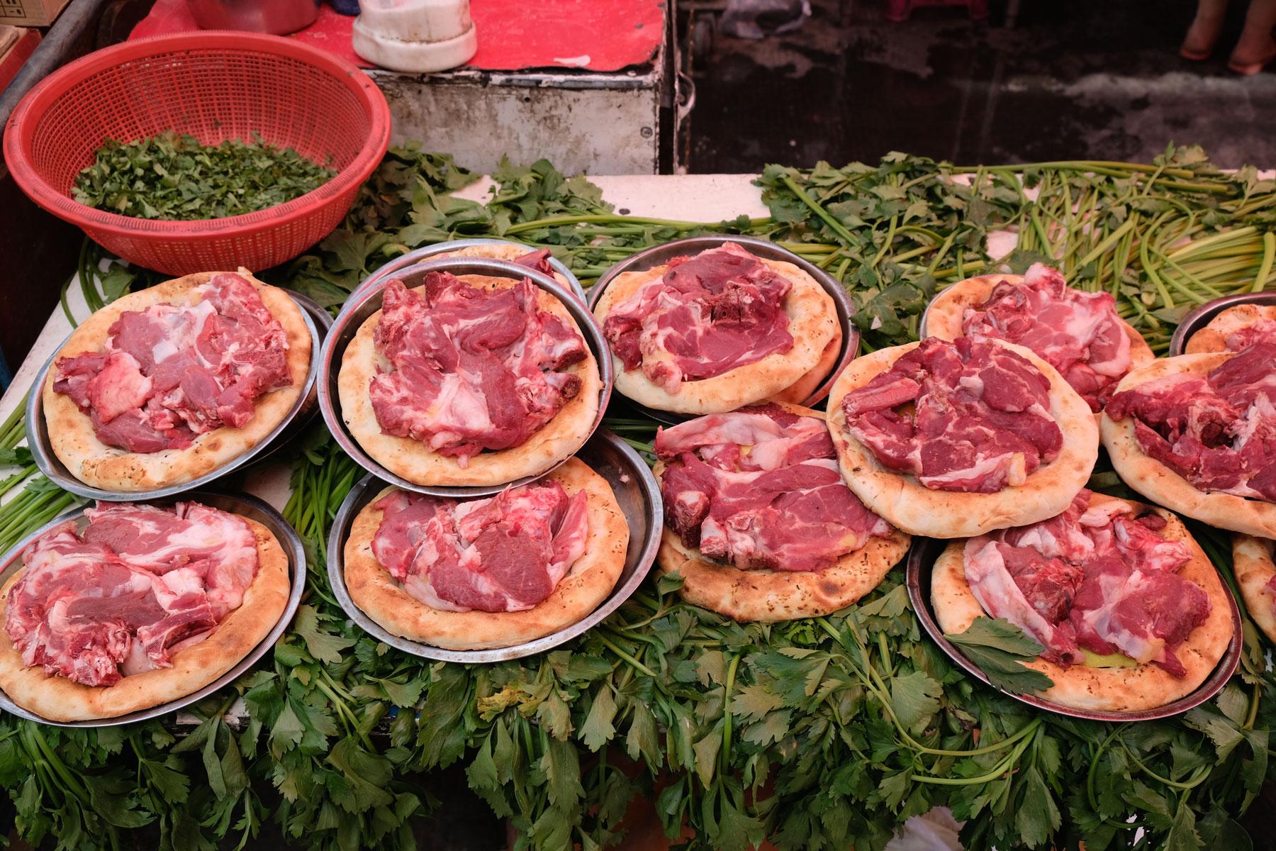 Wer nicht so auf vegetarisch steht, kann sich vom deftigen Angebot des Markts inspirieren lassen