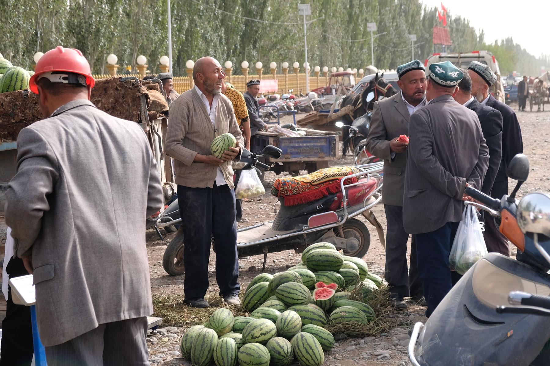 Am Rande des Marktes werden Melonen verkauft