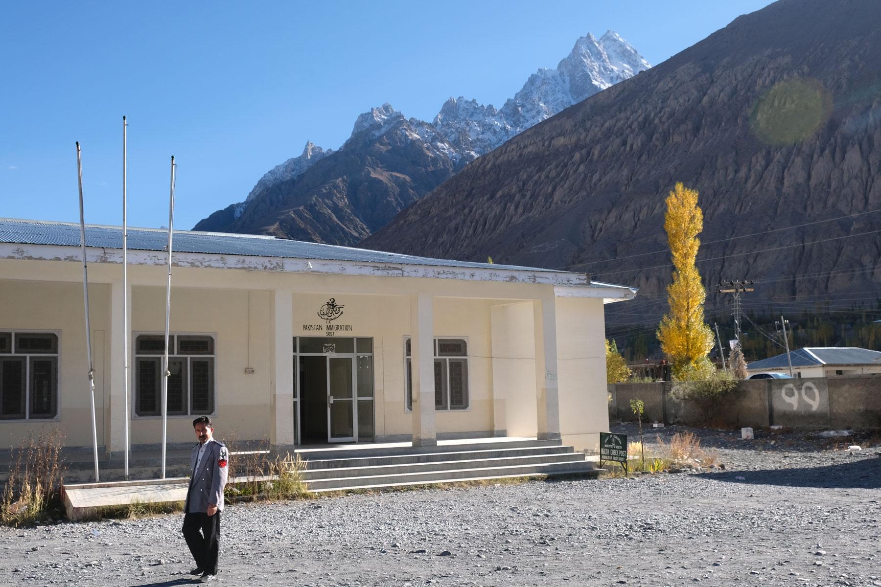 Angekommen in Sost vor dem pakistanischen Einreisegebäude