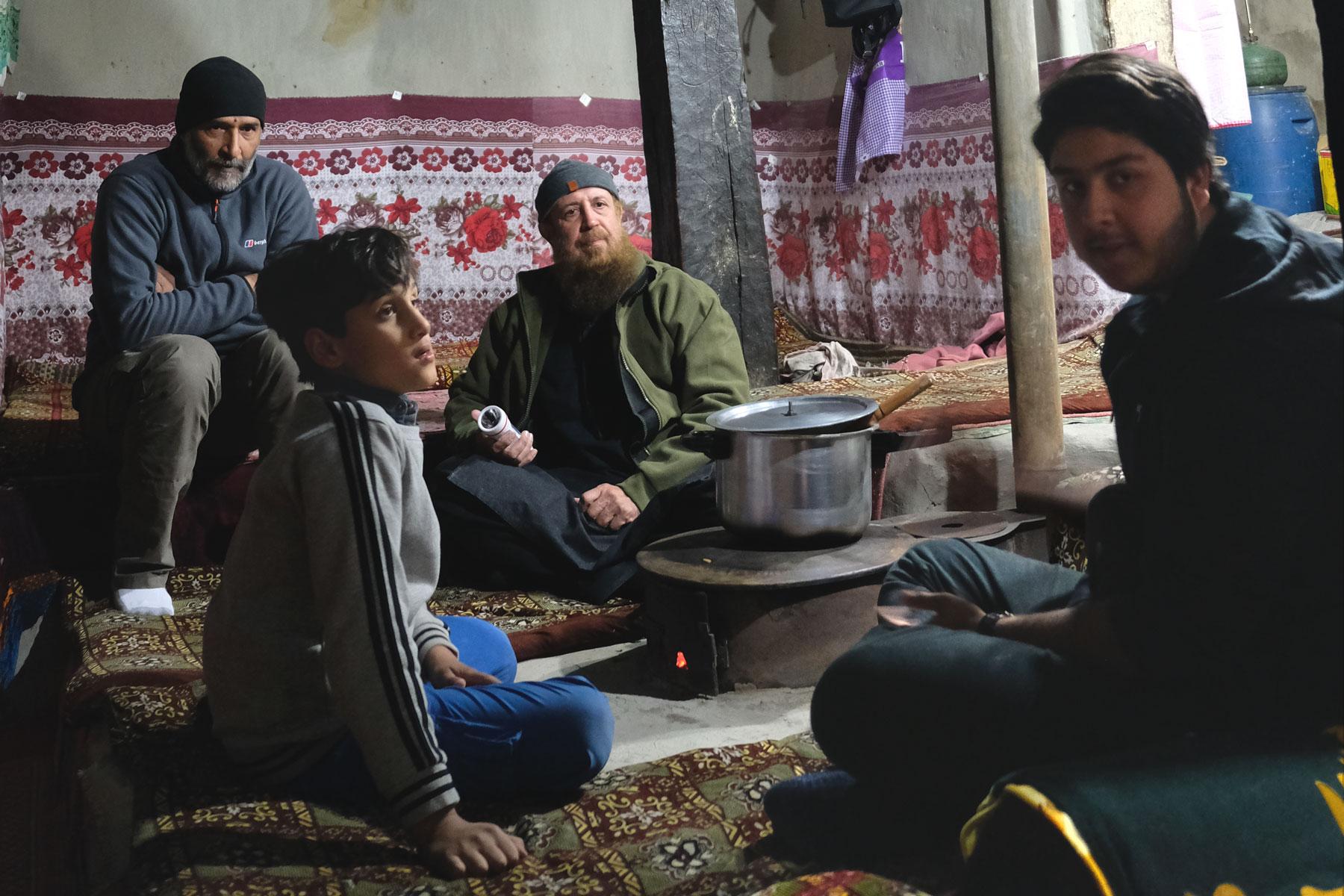In einem traditionellen Haus in Passu bekommen wir bei guter Gesellschaft einheimische Spezialitäten serviert