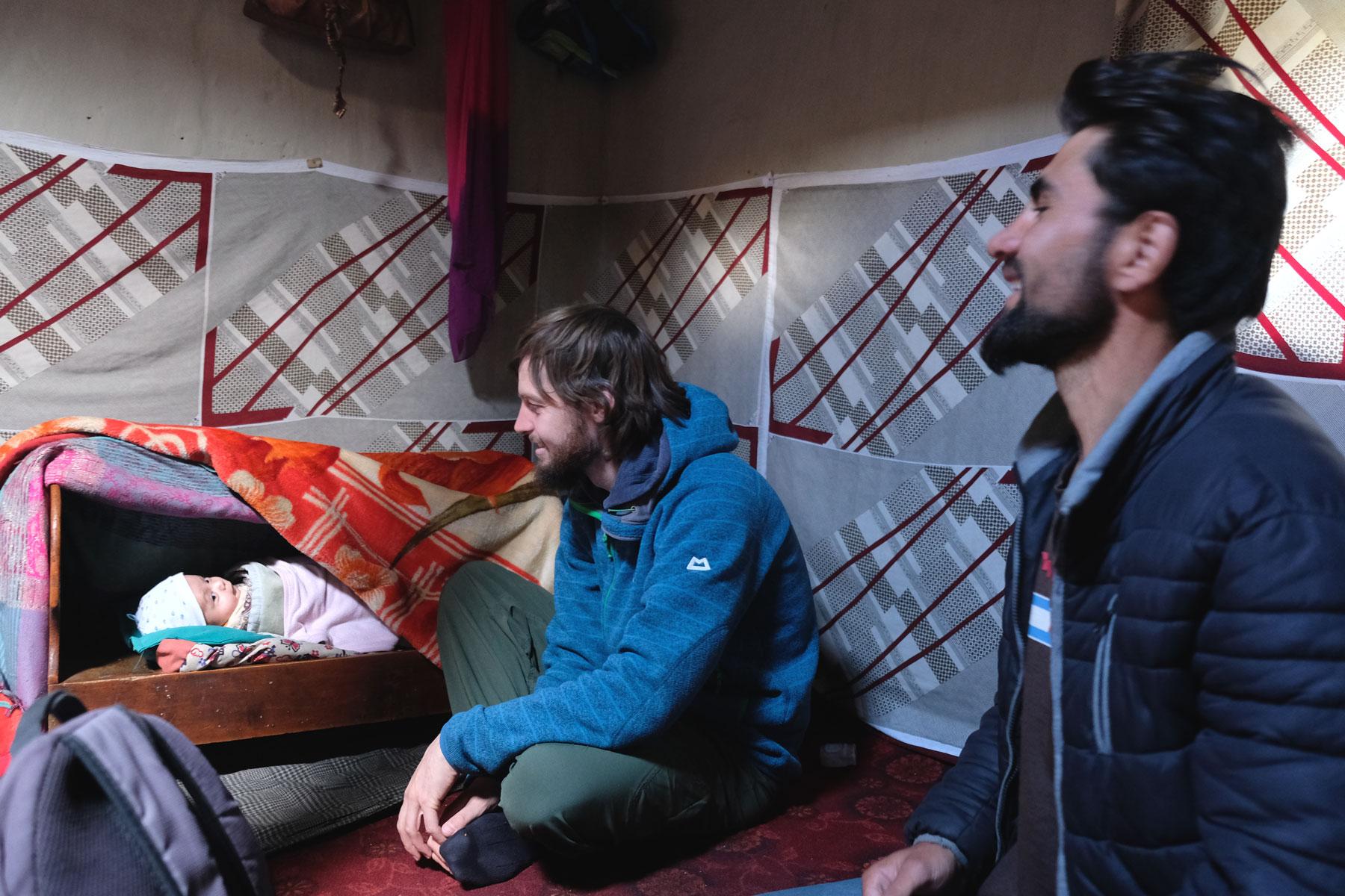 Saman läd zu einem Tee bei sich zu Hause ein und wir lernen seinen Neffen kennen, der die kalten Tage dick eingepackt in seiner Wiege verbringt