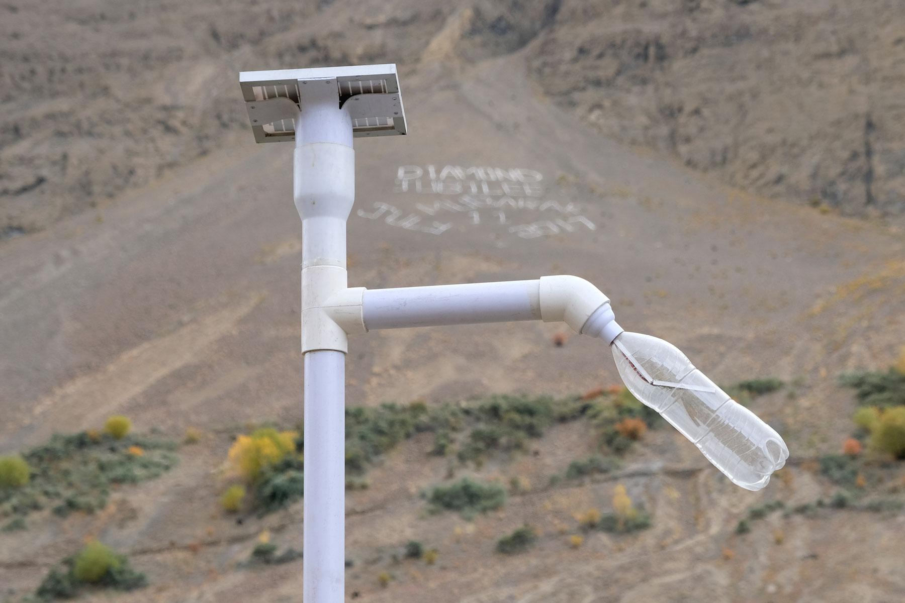 Im ganzen Dorf sind einfache, aber funktionale Solarlampen aufgestellt, die nachts für Beleuchtung sorgen