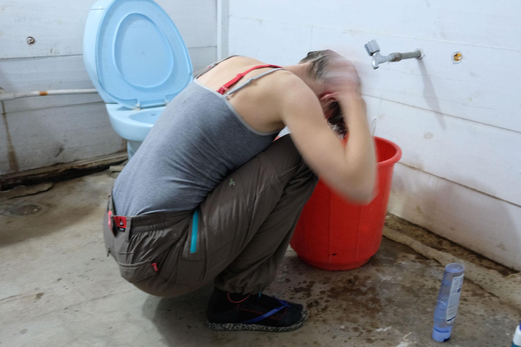 Die Not war groß genug, sodass ich mir in einem kalten Bad mit immerhin fast lauwarmem Wasser die Haare gewaschen habe. Eine Dusche gab es nicht, aber unter die hätte ich mich eh nicht gewagt ;-)