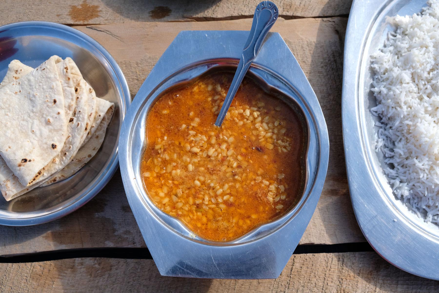 Doch wir können ein Mittagessen bestellen. Es gibt Chapati, Dhal (Linsen) und Reis.