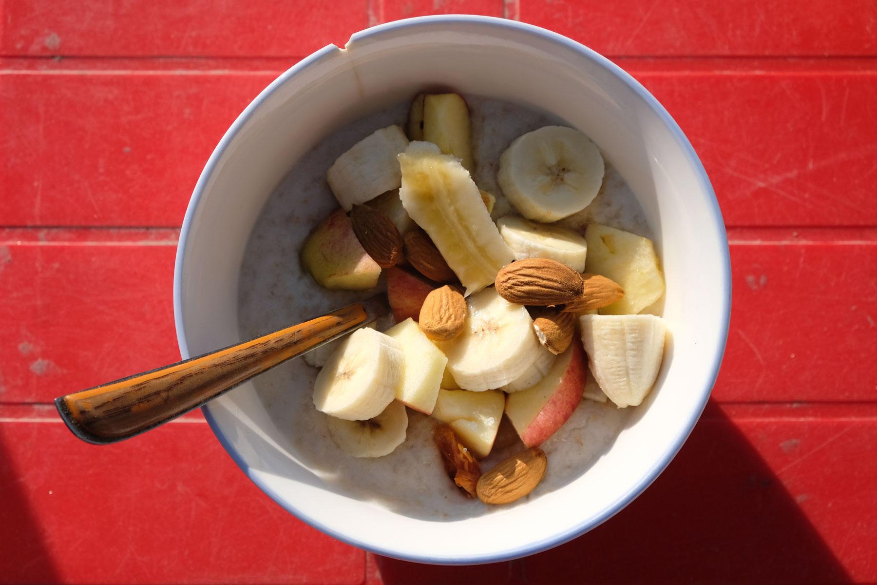 Den Tag beginnen wir mit leckerem Porridge, Haferflockenbrei, den wir mit Obst und Mandeln aufpeppen