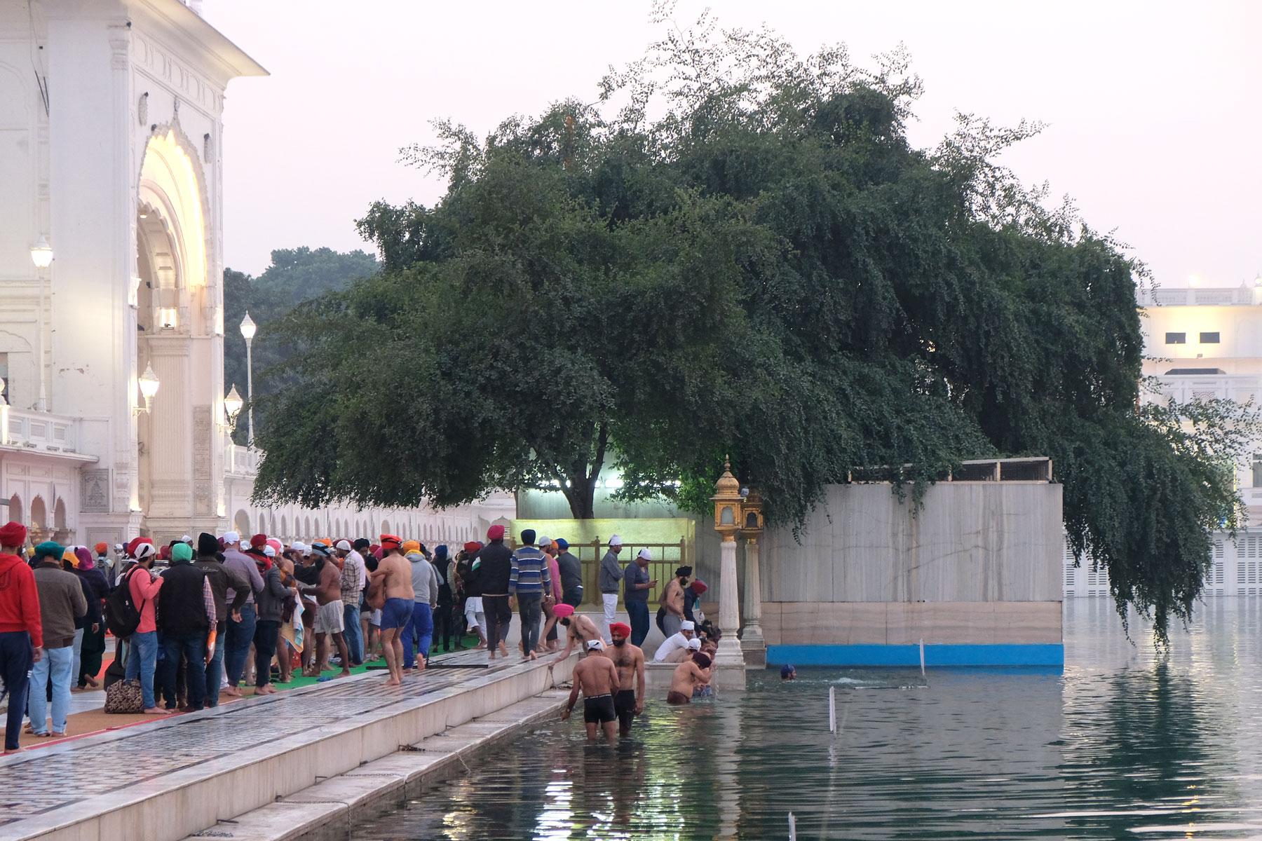 Jeden Tag strömen Pilger in die Palastanlage. Einige baden sich im heiligen Wasser, das den Tempel umgibt.