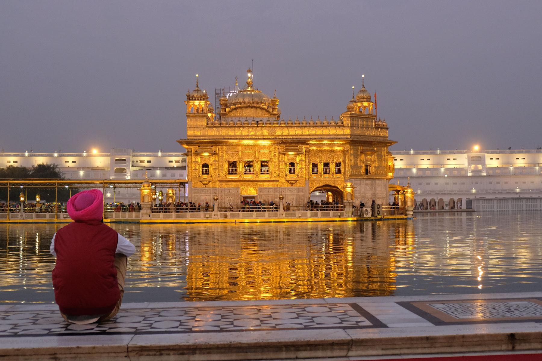 Der Sikh-Tempel ist über einen schmalen Steg zu erreichen und erstrahlt abends in goldenem Glanz