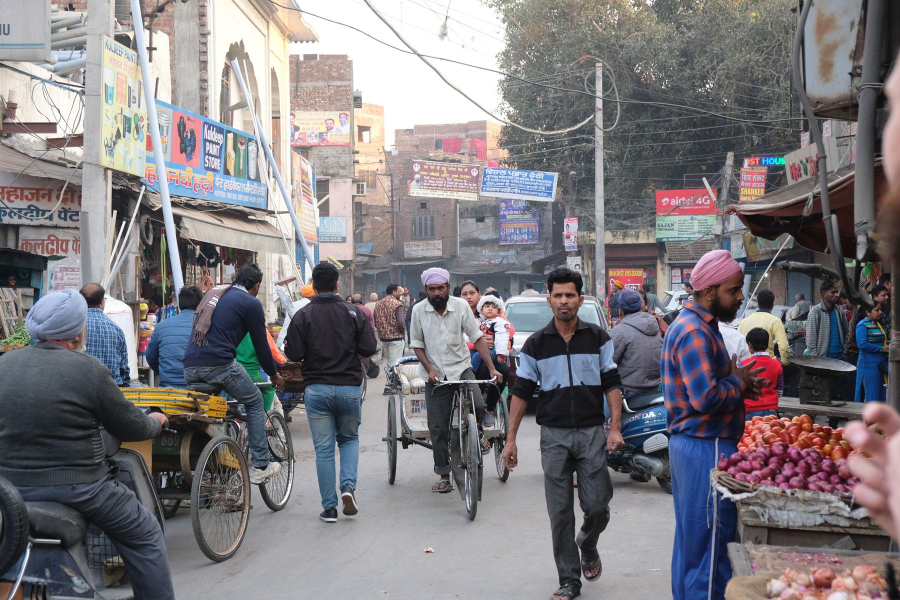 Oft herrscht in den Straßen reger Betrieb und wir müssen aufpassen, um nicht unter die Räder zu geraten