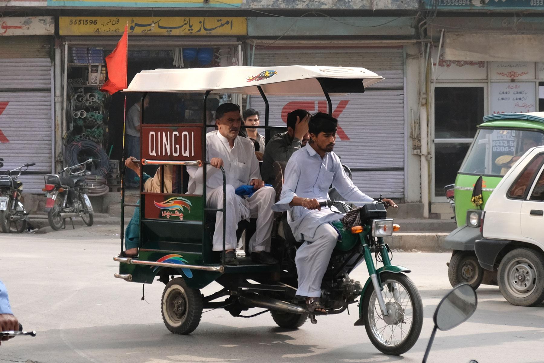 Qingqi-Rickshaws, geteilte Motorradrickshaws, fahren auf festen Routen durch die Stadt