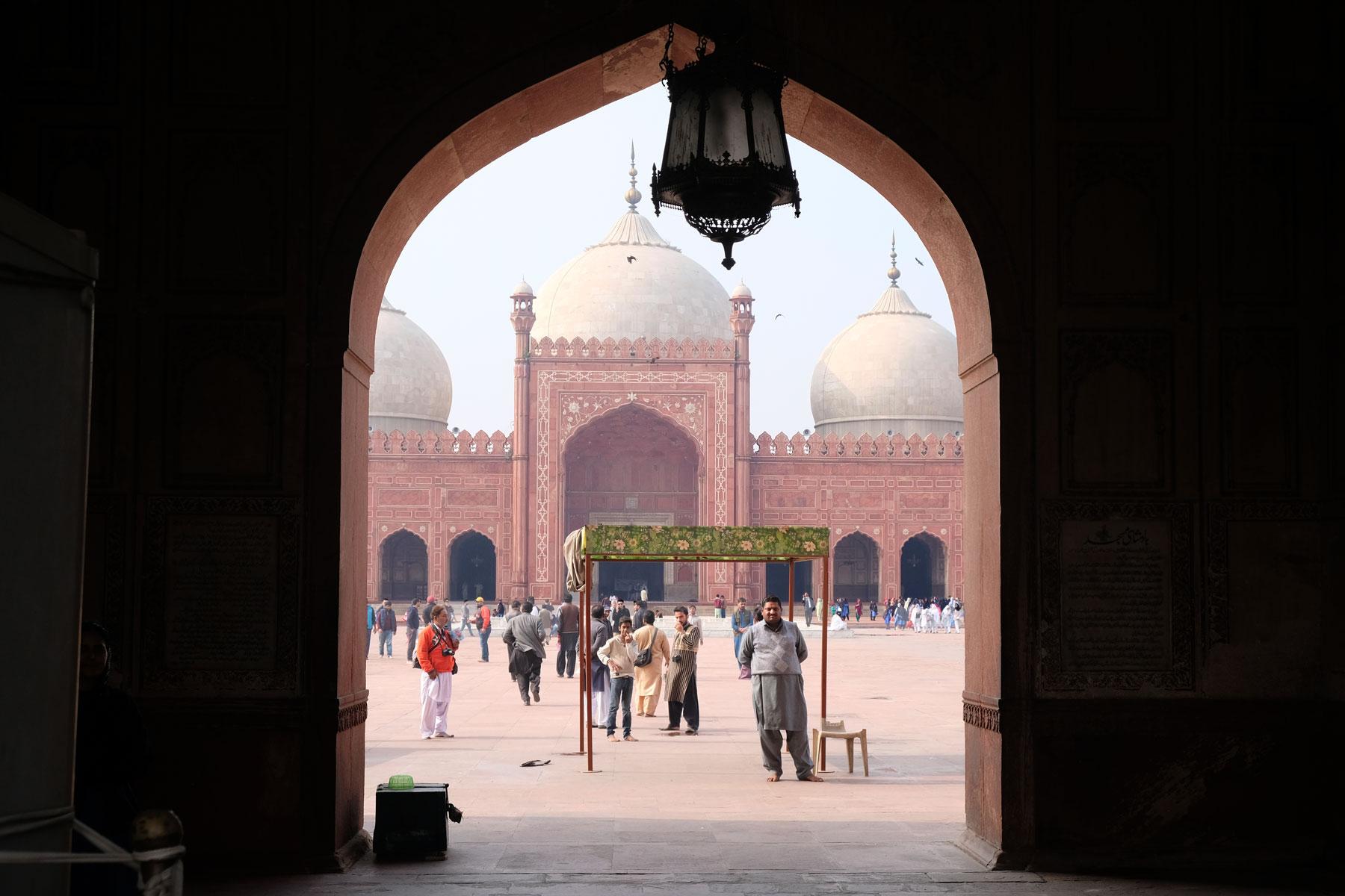 """Blick durch das Eingangstor auf die Badshahi-Moschee (deutsch """"Kaiserliche Moschee)"""