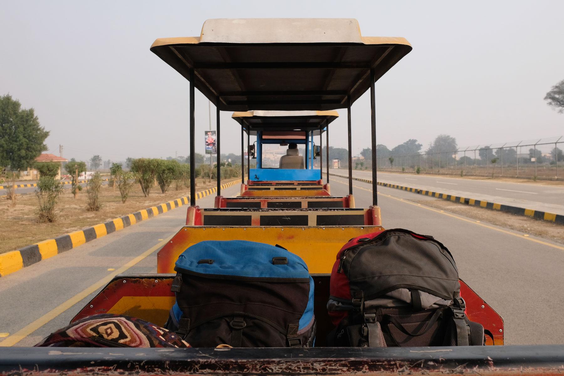 Am darauffolgenden Tag fahren wir zum dritten Mal zur Wagah Boarder, dieses Mal möchten wir nach Indien einreisen. Ein kleiner Zug bring uns und unser Gepäck zur Grenze – ungewöhnlich, aber nett :-)