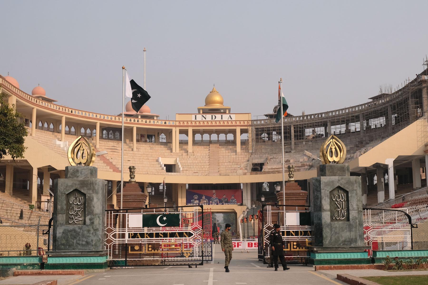 Wo gestern die Grenzschließungszeremonie aufgeführt wurde, dürfen wir nun zu Fuß von Pakistan nach Indien einreisen