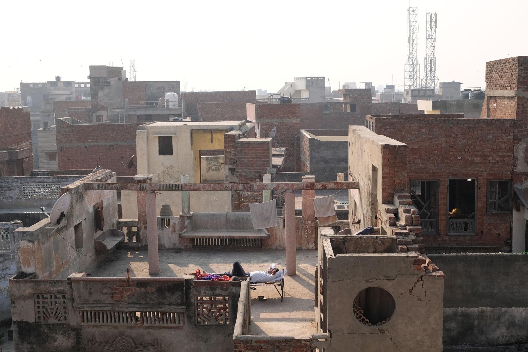 Wir lieben die Ruhe auf unserer Dachterrasse und den Blick über das Häusermeer Amritsars. Wenn wir morgens hier hochkommen, ist unser Nachbar schon lange da und genießt die Morgensonne.