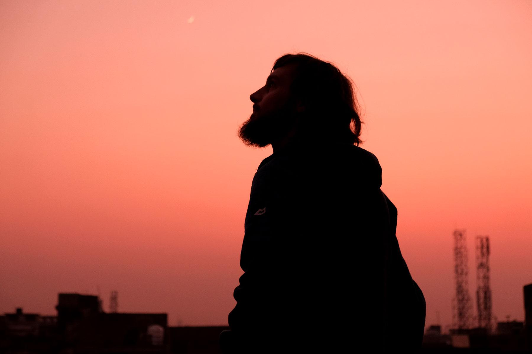 Mehrere Tage stehen wir bis zum Sonnenaufgang auf unserer Dachterrasse und bestaunen die Flugkünste der professionellen Drachenflieger