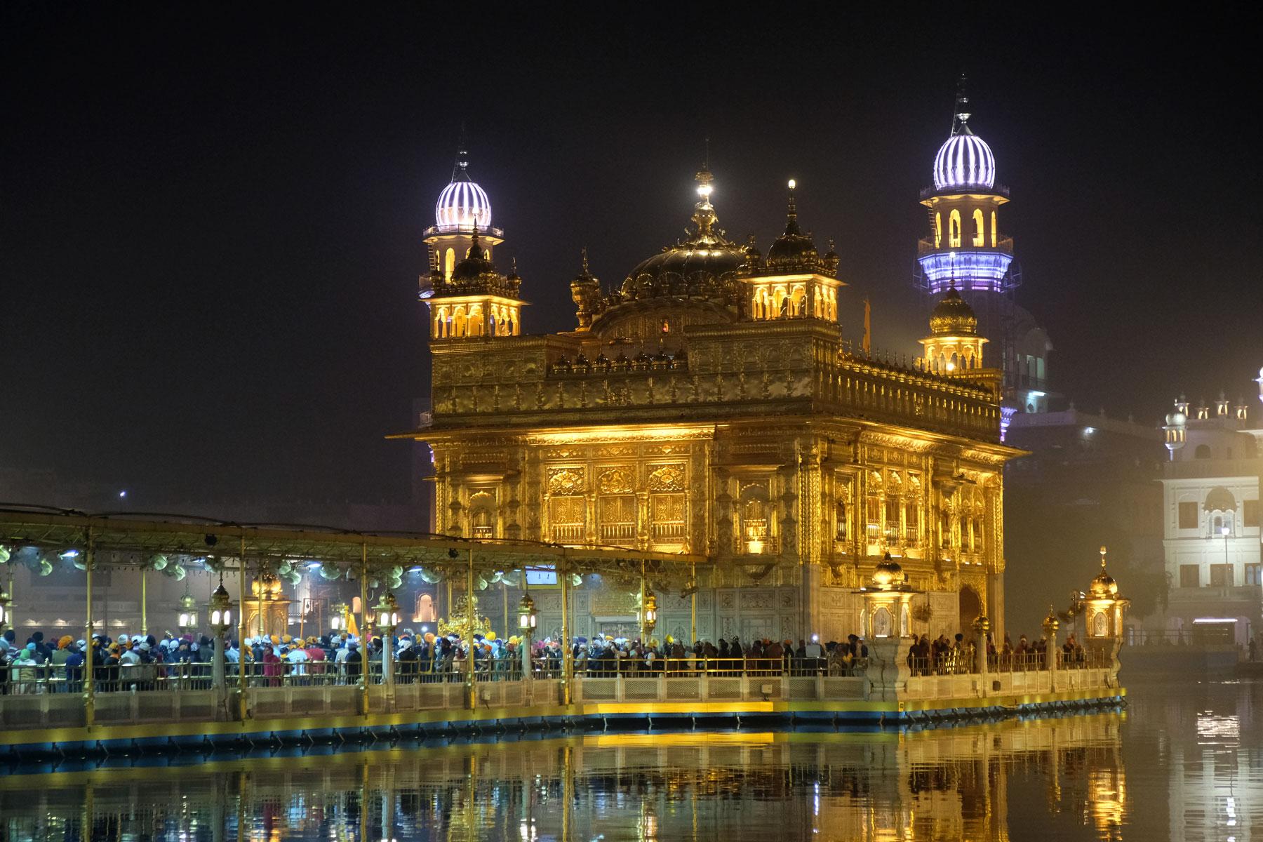 Besonders abends ist im Palastgelände viel los. Über einen Steg gelangen die Gläubigen zum Tempel in dem das heilige Buch der Sikhs ausgestellt wird.