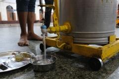 Um die Menschmassen versorgen zu können, muss die Essensausgabe praktisch und schnell sein. Hier der fahrbare Wagen, der die hungrigen Gäste mit Trinkwasser versorgt
