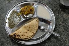 Linsen mit Gemüsecurry und Chapati, zum Nachtisch gibt's Milchreis. War überraschend lecker :-)