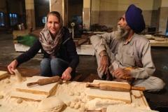 Auch wir wollen uns revanchieren und helfen für eine Stunde in der Chapati-Bäckerei :-)