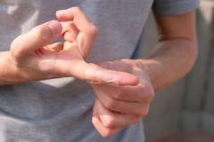 Schnell begreifen wir die Spielregeln, doch viel bringt es uns nicht. Regelmäßig werden uns die Drachen geklaut. Da die raue Schnur meine Finger einschneidet, umwickle ich sie zum Schutz mit Klebeband.