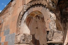 Das Gebäude liegt direkt an der tiefen Schlucht, die die Türkei von Armenien trennt