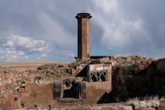 Das Minarett der Moschee aus der Seitenansicht